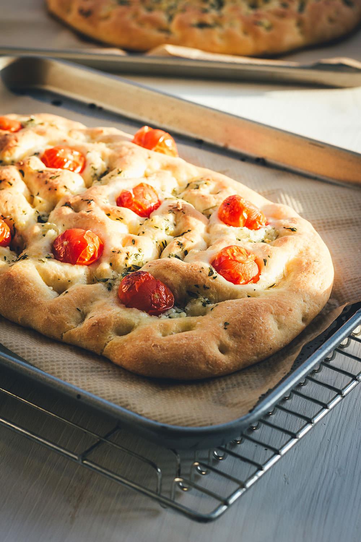 Rezept für selbst gebackene Focaccia | leckeres italienisches Fladenbrot in zwei Varianten: Einmal mit Rosmarin und einmal mit Cherrytomaten und Thymian | perfekt als Beilage zum Grillen | moeyskitchen.com #focaccia #brotbacken #italienischeküche #brot #italienischkochen #tomaten #backen #foodblogger #rezepte #fladenbrot