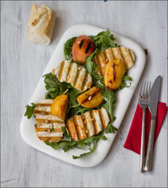 frisch servierter Sommersalat mit Halloumi-Chips und gegrillten Pfirsichen