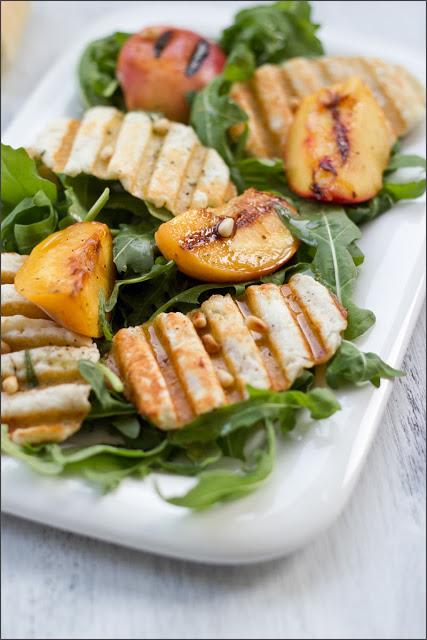 frisch angerichteter, geschmacksintensiver Sommersalat mit Halloumi-Chips und gegrillten Pfirsichen