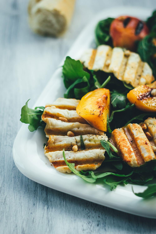 Rezept für fantastischen Sommersalat: Würziger Rucola trifft auf knusprigen Halloumi und süße Pfirsiche vom Grill | moeyskitchen.com #sommersalat #salat #rezepte #halloumi #pfirsiche #rucola #foodblogger #sommer