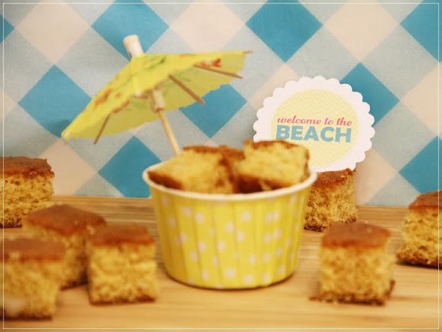 Rezept für Schokoladen-Macadamia-Blondies, sommerlich angerichtet