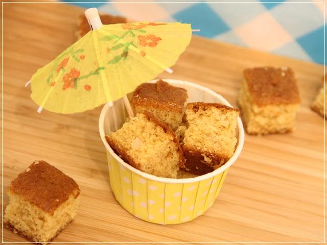 Rezept für Schokoladen-Macadamia-Blondies, sommerlich serviert