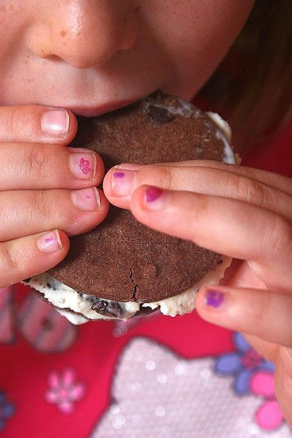Ein Mädchen isst ein Minz-Straciatella-Eisjojo