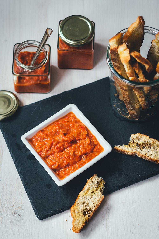 Rezept für selbst gemachten milden Ajvar | auf Vorrat einkochen und das Sommergemüse konservieren | moeyskitchen.com #ajvar #einmachen #einkochen #canning #paprika #aubergine #sommerrezepte #rezepte #foodblogger