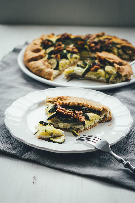 Rezept für spätsommerliche Zucchini-Galette | knusprige Tarte mit Zucchini, Ricotta, Büffelmozzarella und Walnüssen | moeyskitchen.com #galette #tarte #zucchini #courgette #büffelmozzarella #ricotta #vegetarisch #veggie #abendessen #dinner #feierabendküche #sommerküche #rezepte #foodblogger