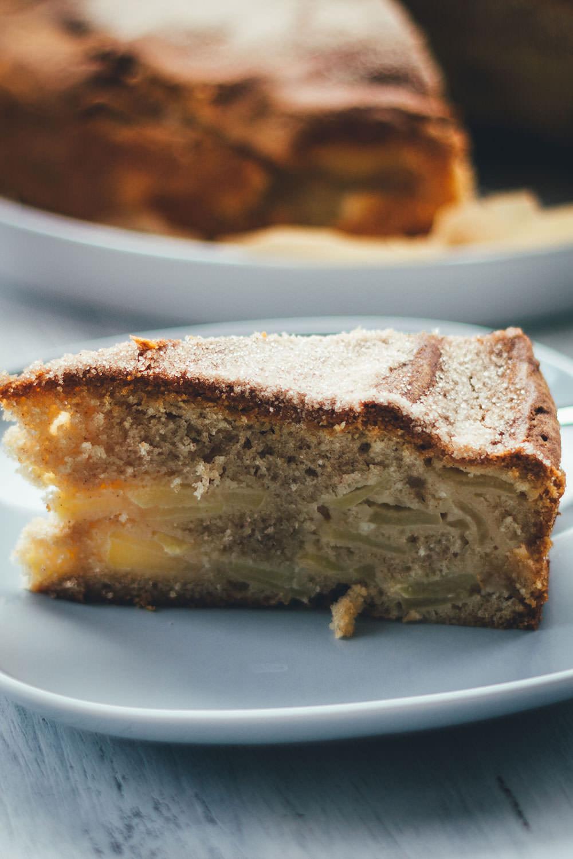 Rezept für saftigen Apfel-Schichtkuchen mit Crème fraîche und Zimt – nach einer Idee von Annik Wecker | moeyskitchen.com #apfelkuchen #äpfel #herbst #kuchen #kuchenbacken #rezepte #foodblogger #backen #backrezepte