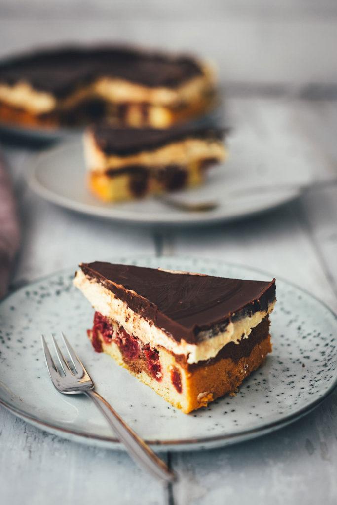 Hier gibt es das Rezept für eine leckere Donauwelle! Der Kuchenklassiker besteht aus einem hellen und dunklen Rührteig mit Schattenmorellen oder Kirschen, einer Pudding-Buttercreme und einer Schokoladen-Glasur. Der Kuchen benötigt etwas Ruhe- und Kühlzeit, ist aber super einfach zu backen! Ein absolutes Lieblingsrezept. | moeyskitchen.com