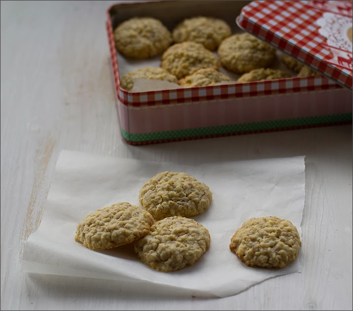 Kekse mit Haferflocken und Mandeln als Geschenk aus der Küche