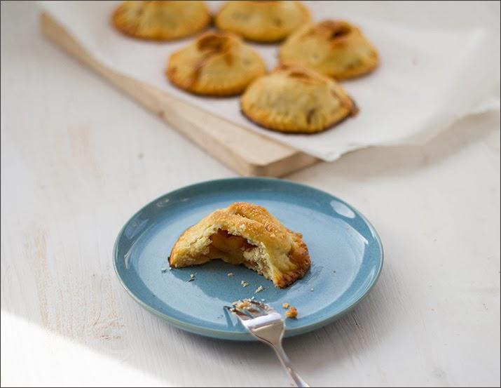 Kleine handliche Apple Pies als Kuchenportion auf dem Teller