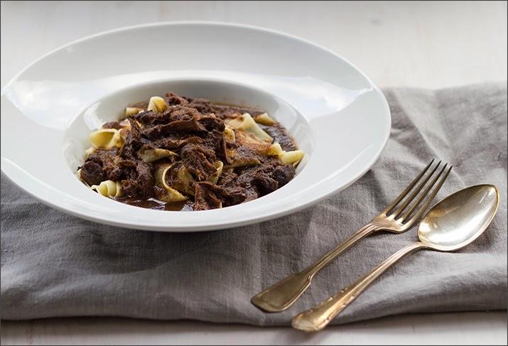 Eine Portion Ochsenschwanzragout auf frischer, hausgemachter Pasta
