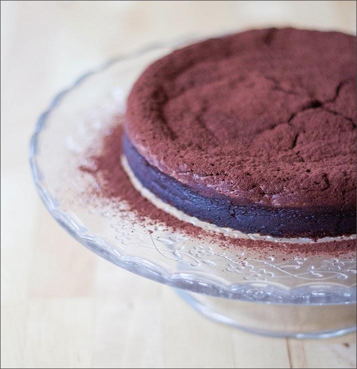 Schokoladen-Maronen-Kuchen auf Tortenplatte