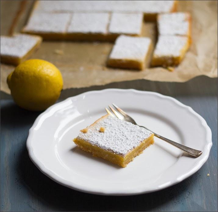 angerichtete Lemon Square Bars auf einem Teller
