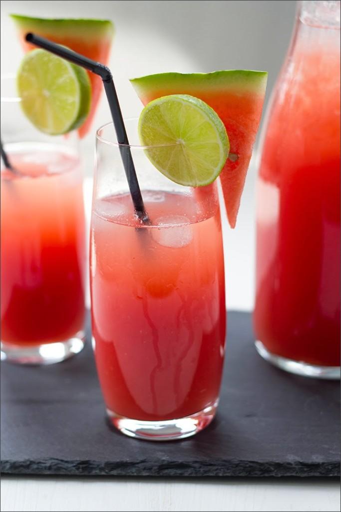 zwei Gläser und eine Flasche mit frischer Wassermelonen-Limonade
