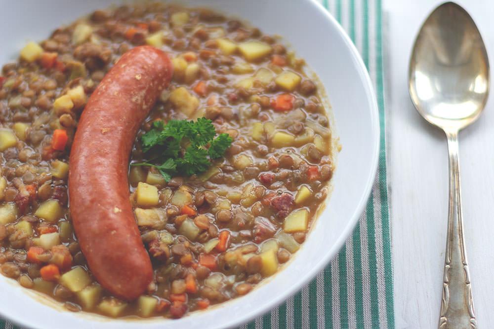 Rezept für deftige Linsensuppe | selbst gemacht mit frischem Gemüse, Speck und Mettenden | moeyskitchen.com