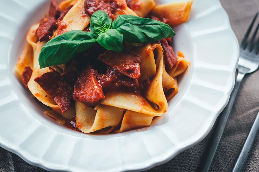 Rezept für würzige Pasta mit schneller Chorizo-Tomatensauce | moeyskitchen.com #pasta #tomatensauce #chorizo #kochen #rezepte #foodblogger #schnellerezepte