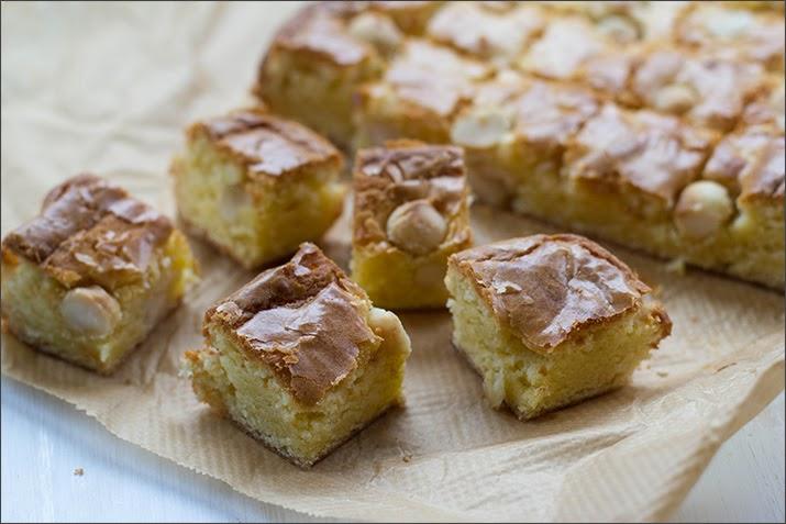Blondies mit weißer Schokolade und salzigen Macadamianüssen, in Würfel geschnitten