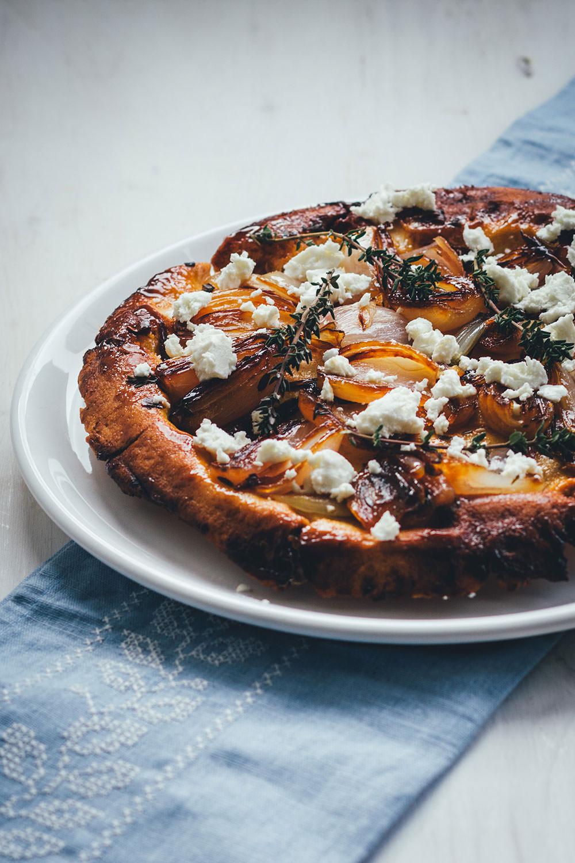 Rezept für Schalotten-Tarte-Tatin | herzhafte Tarte Tatin mit knusprigem Mürbeteigboden, Feta und Thymian | moeyskitchen.com #tartetatin #tarte #rezepte #foodblogger #vegetarisch #backen #backrezepte