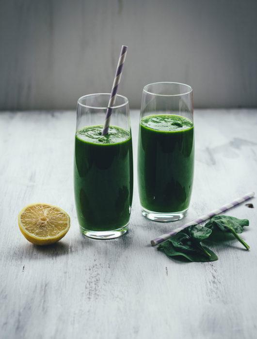 Einsteiger-Rezept für grünen Smoothie | Grüner Smoothie mit Spinat, Banane, Mango und Ingwer | gesund, voller Vitamine und einfach selbst zu machen | moeyskitchen.com #grünersmoothie #gruenersmoothie #smoothie #smoothies #rezepte #foodblogger #detox #vegan #healthychoices #gutevorsätze #drinks #getränke #spinatsmoothie #spinat