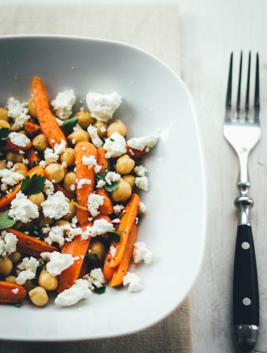 Rezept für knackig frischen Kichererbsen-Salat mit ofengerösteten Möhren, würzigem Feta, Petersilie und Zitronen-Olivenöl-Dressing | super easy zubereitet und perfekt als Lunch, Meal Prep oder für die schnelle Feierabendküche | moeyskitchen.com #lunch #dinner #mealprep #salat #kichererbsen #möhren #feta #veggie #vegetarisch #foodblogger #rezepte #sommer #sommerrezepte
