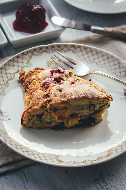 Rezept für Scones mit Himbeeren, Pistazien und weißer Schokolade – Himbeer-Pistazien-Scones | moeyskitchen.com #scones #teatime #himbeeren #pistazien #rezepte #foodblogger #britisch #frühstück #brunch