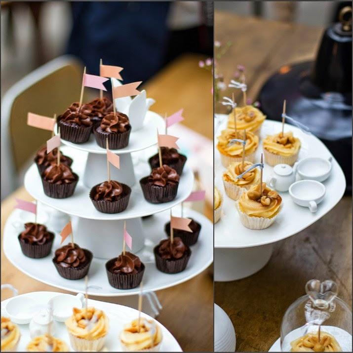 Cupcakes auf Tortenplatten von räder