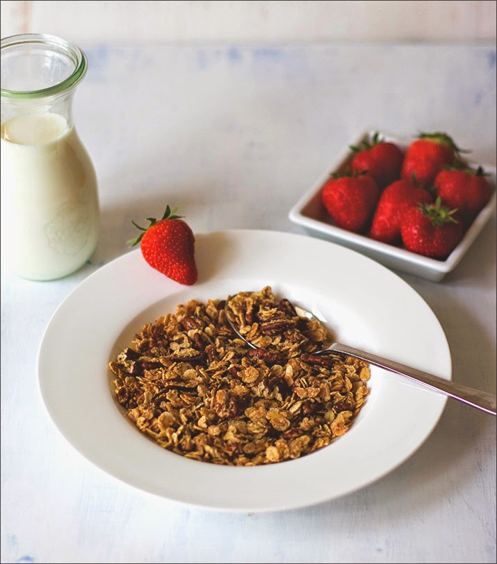 Ahornsirup-Pekannuss-Granola mit Milch und frischen Erdbeeren - Rezept für das Müsli der Woche als selbstgemachtes Knuspermüsli