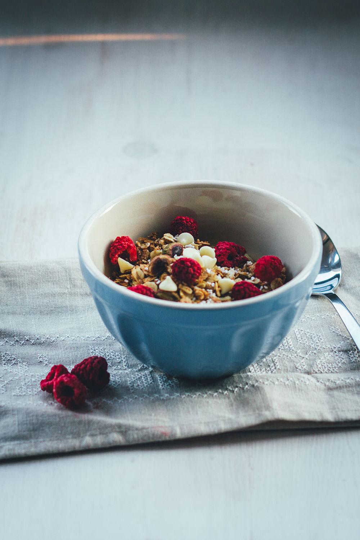Rezept für Himbeer-Pistazien-Granola | Mein Müsli der Woche | Knuspermüsli mit gefriergetrockneten Himbeeren, Pistazien und weißer Schokolade | moeyskitchen.com #granola #knuspermüsli #muesli #himbeeren #pistazien #schokolade #selbstgemacht #homemade #foodblogger #rezepte #frühstück #breakfast