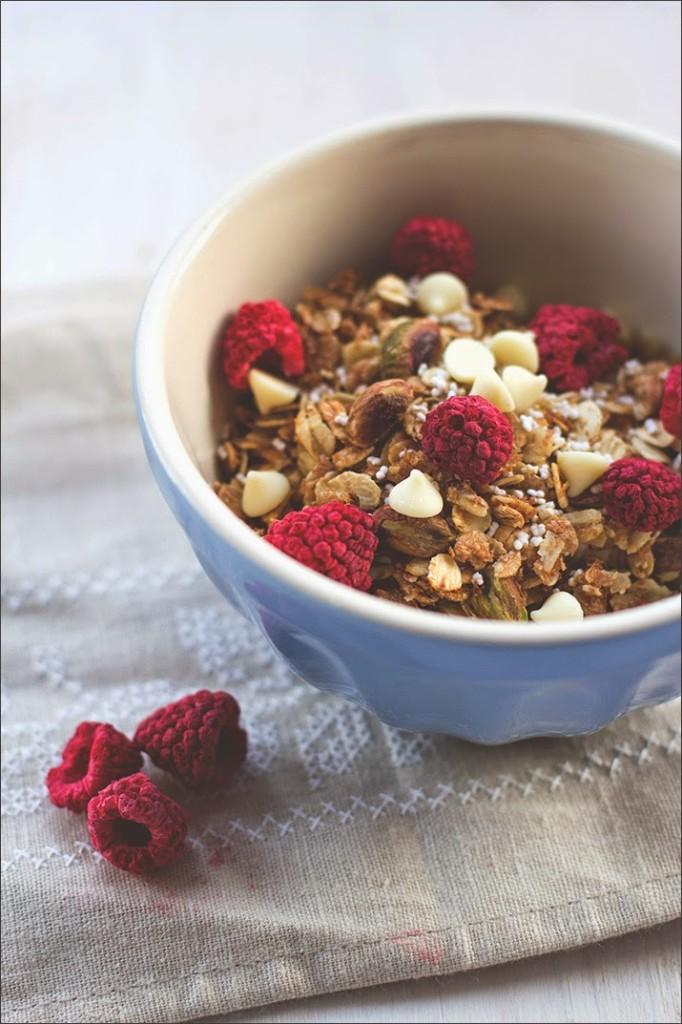 Rezept für selbstgemachtes Knuspermüsli: Granola mit Himbeeren, Pistazien und weißer Schokolade