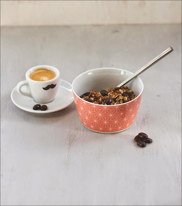 Kaffee-Granola mit Espresso und Mokkabohnen, serviert mit einem Espresso