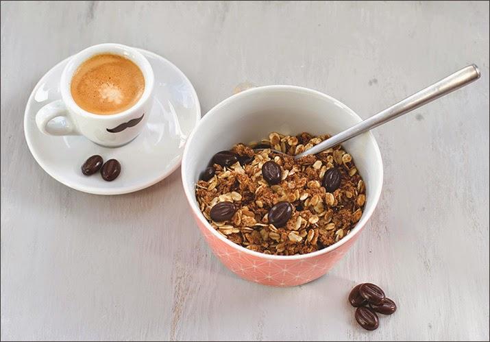 Rezept für Kaffee-Granola mit Espresso und Mokkabohnen, serviert mit einem Espresso