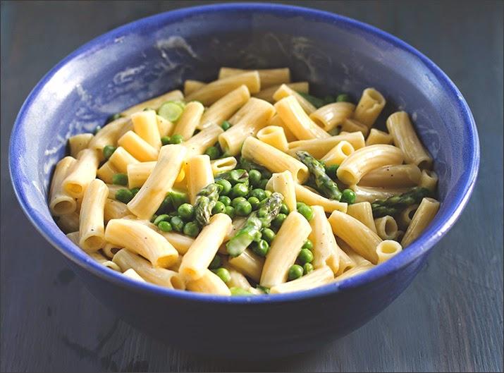 Rezept für Pasta mit grünem Spargel, Erbsen und Zitronen-Weißwein-Sauce, serviert in einer großen Schüssel