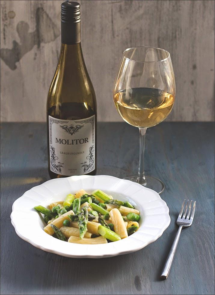Rezept für Pasta mit grünem Spargel, Erbsen und Zitronen-Weißwein-Sauce, angerichtet und serviert mit einem Grauburgunder von Molitor aus 2012