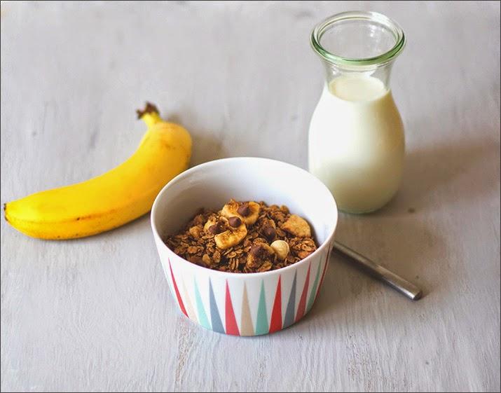 Schoko-Banane-Haselnuss-Granola in der Schüssel - Rezept für selbstgemachtes Knuspermüsli