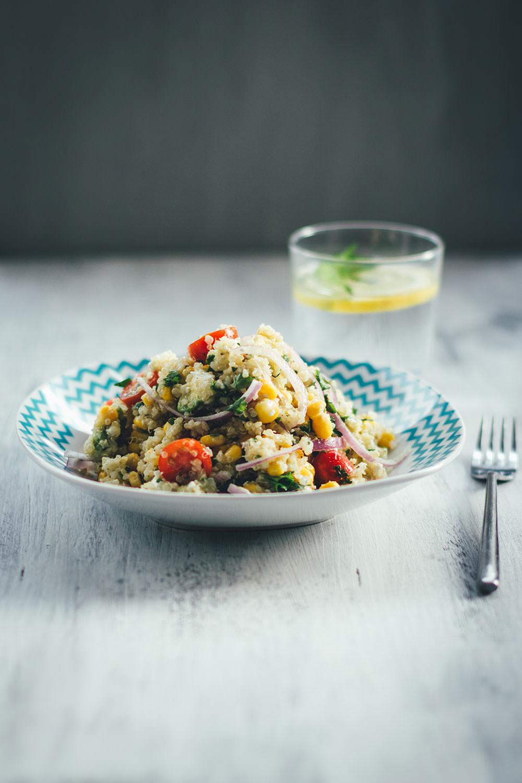 Rezept für sättigenden Sommer-Salat: erfrischender Quinoa-Salat | buntes Salatrezept mit Mais, Feta, Tomaten und Avocado | moeyskitchen.com #sommer #salat #sommersalat #quinoa #quinoasalat #rezepte #foodblogger #sommerrezept