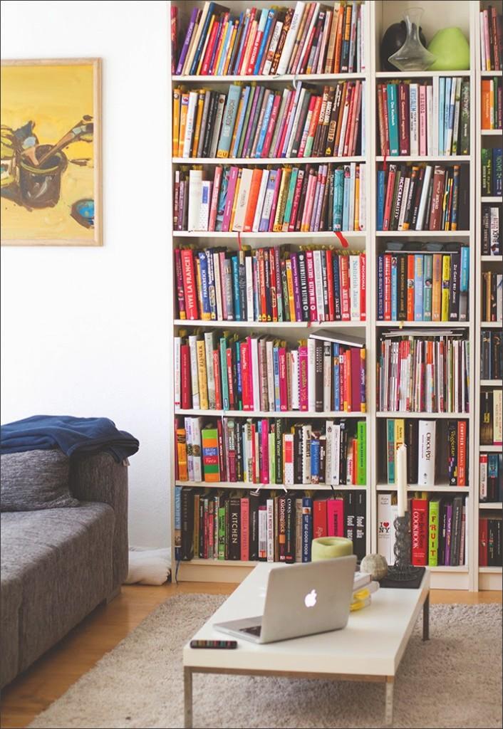 Wohnzimmer von moey's kitchen mit Bücherregal, Sofa und Wohnzimmertisch