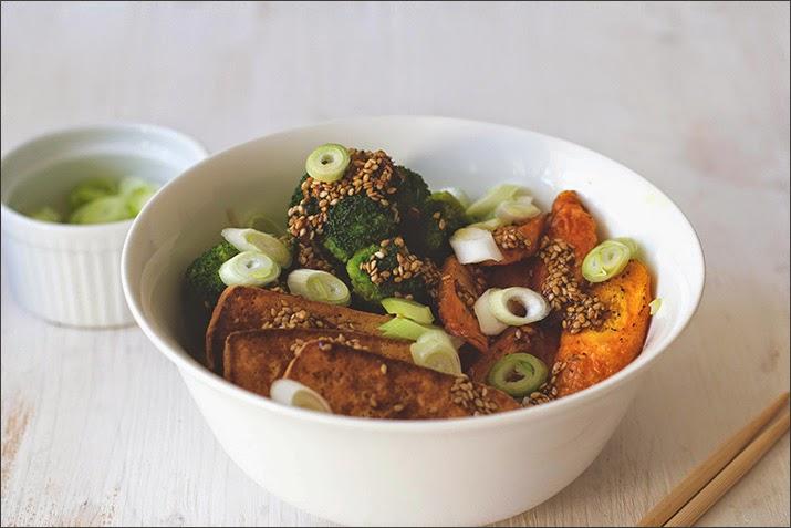asiatisch-veganes Reisgericht mit Brokkoli, Möhren, Tofu und Ingwer