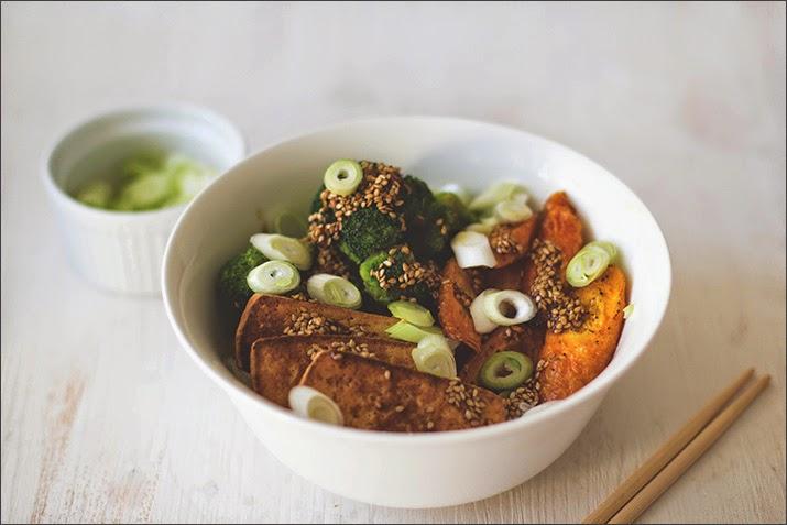 ein asiatisch-veganes Gericht, serviert in einer Schüssel und mit Stäbchen