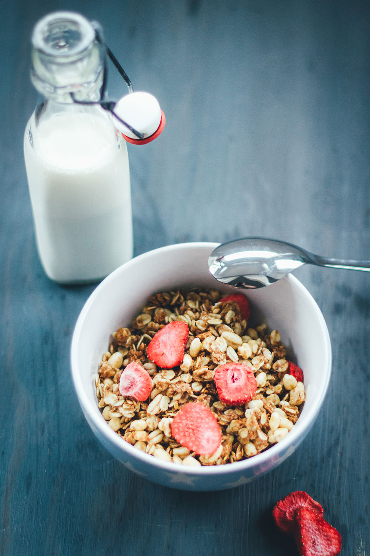 Rezept für Erdbeer-Crispie-Granola | Mein Müsli der Woche | leckeres Knuspermüsli mit gepufftem Dinkel und getrockneten Erdbeerstückchen | moeyskitchen.com #granola #knuspermüsli #muesli #selbstgemacht #homemade #foodblogger #rezepte #frühstück #breakfast #erdbeeren #strawberries #dinkel