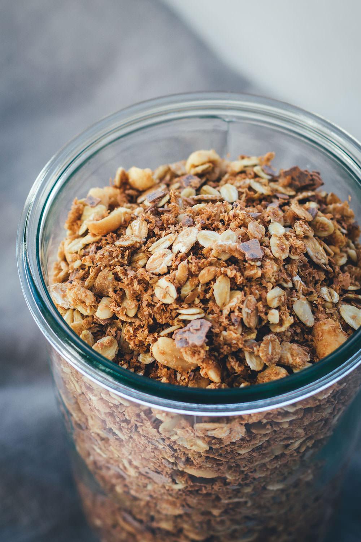Rezept für Erdnuss-Crunch-Granola | Mein Müsli der Woche | Crunchiges Knuspermüsli mit Erdnussmus, gerösteten Erdnüssen und Vollmilch-Schokolade | moeyskitchen.com #granola #knuspermüsli #muesli #selbstgemacht #homemade #foodblogger #rezepte #frühstück #breakfast #erdnussmus #erdnussbutter #erdnüsse #schokolade #schoko #peanutbutter