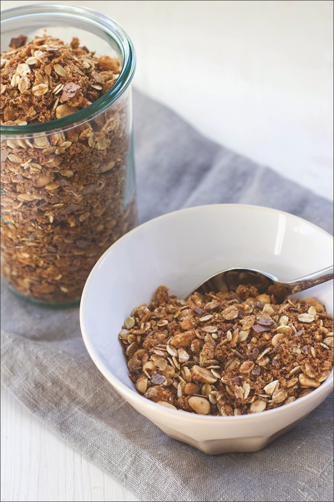 Nahaufnahme Erdnuss-Crunch-Granola in Müslischüssel und Weckglas