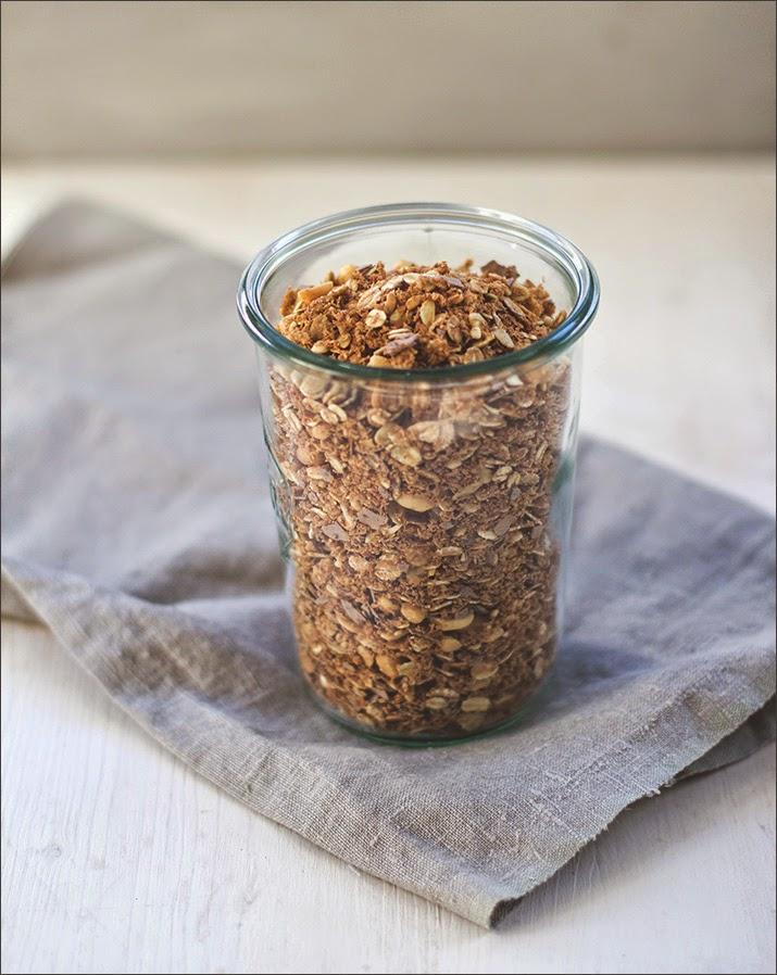 Erdnuss-Crunch-Granola im Weckglas präsentiert