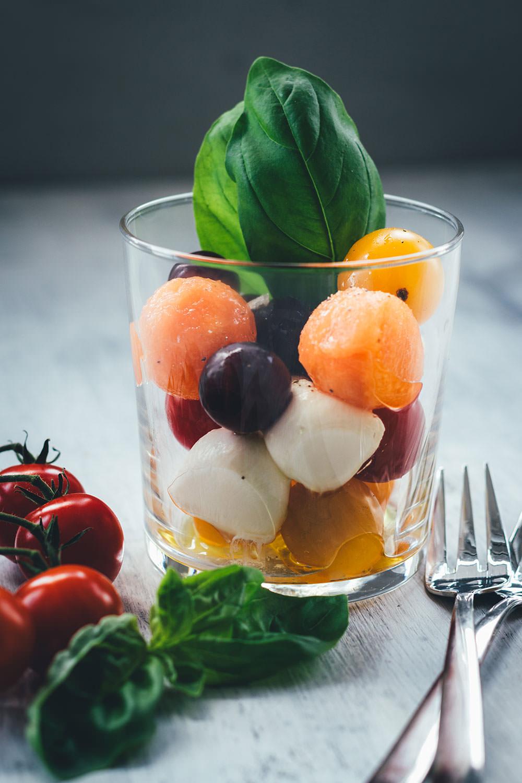 Sommerfrischer Kugelsalat - Das ist Obst und Gemüse in Kugelform ausgestochen, dazu Kirschtomaten, Mozzarellakugeln, Trauben usw. | Der perfekte Salat für BBQ, Picknick und Buffet | moeyskitchen.com #salat #sommersalat #kugelsalat #sommer #mozzarella #vegetarisch #tomaten #vinaigrette #foodblogger #rezepte #bbq #barbecue #picknick #grillparty