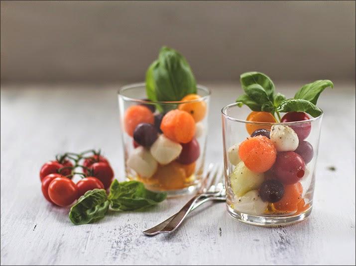 Obst und Gemüse mit Mozzarellakugeln als sommerfrischer Salat im Glas