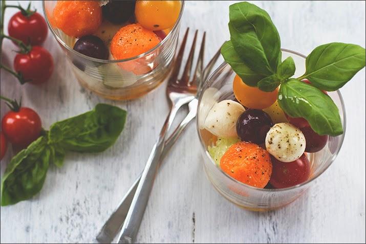 Obst und Gemüse in Kugelform im Glas geschichtet
