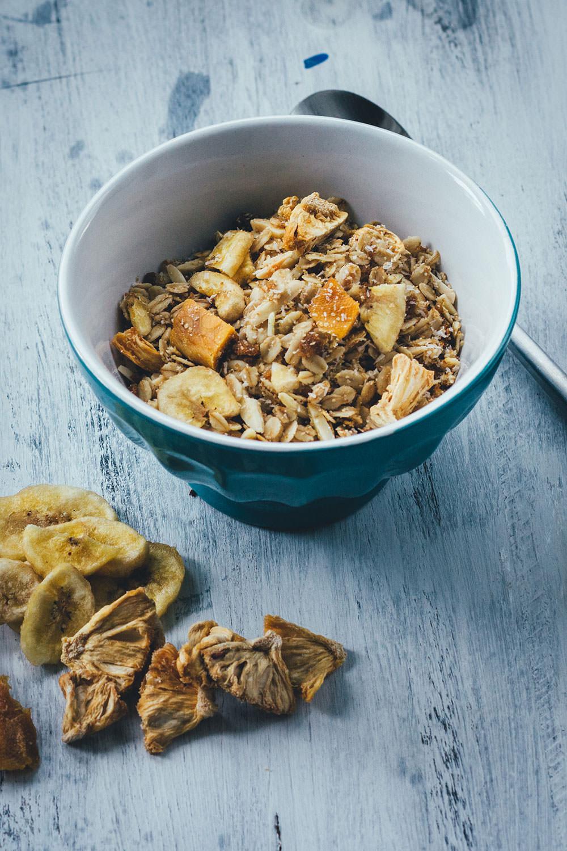 Rezept für Tropicana-Granola | Mein Müsli der Woche | Exotisches Knuspermüsli mit Mango, Banane, Ananas und Kokos | moeyskitchen.com #granola #knuspermüsli #muesli #selbstgemacht #homemade #foodblogger #rezepte #frühstück #breakfast #mango #banane #ananas #kokos