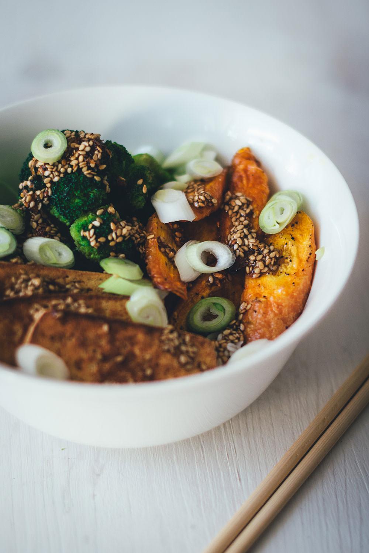 Rezept für vegane Bowl mit Reis, ofengerösteten Möhren, gedünstetem Brokkoli und knusprigem Tofu | moeyskitchen.com #bowl #vegan #kochen #reis #reisgericht #tofu #brokkoli #möhren #rezepte #foodblogger #buddhabowl