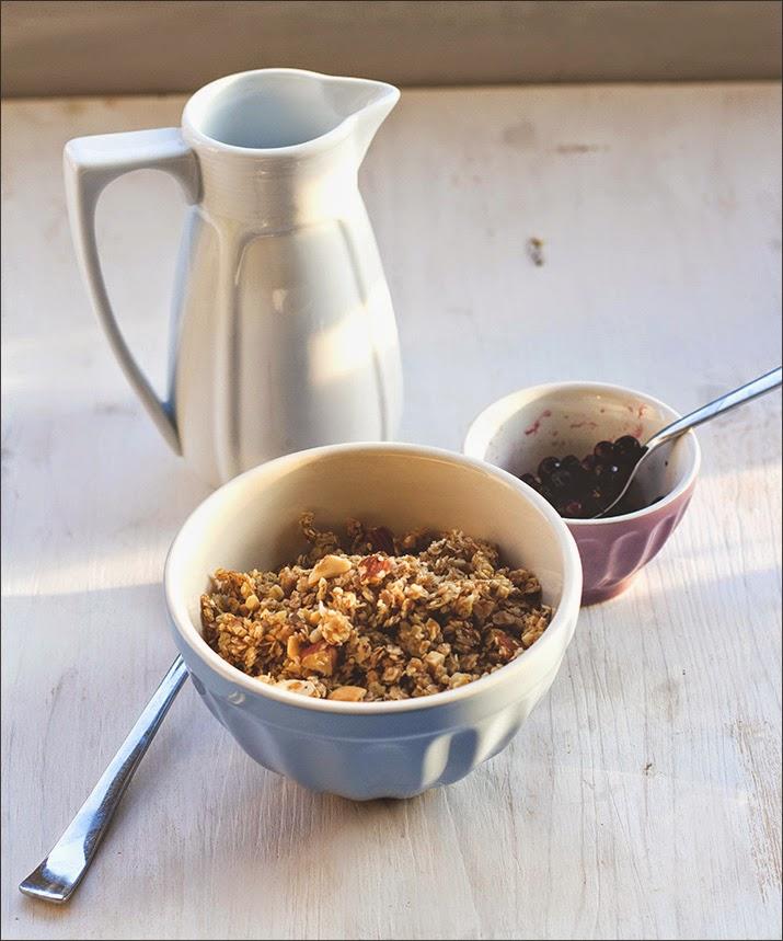 Honig-Nuss-Granola mit Blaubeeren serviert