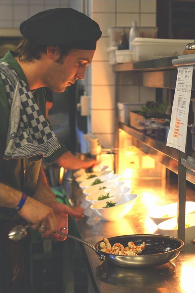 Blick hinter die Kulissen: In der Küche des Amano Verde wird die vegane Hauptspeise zubereitet: vegane Riesengarnelen