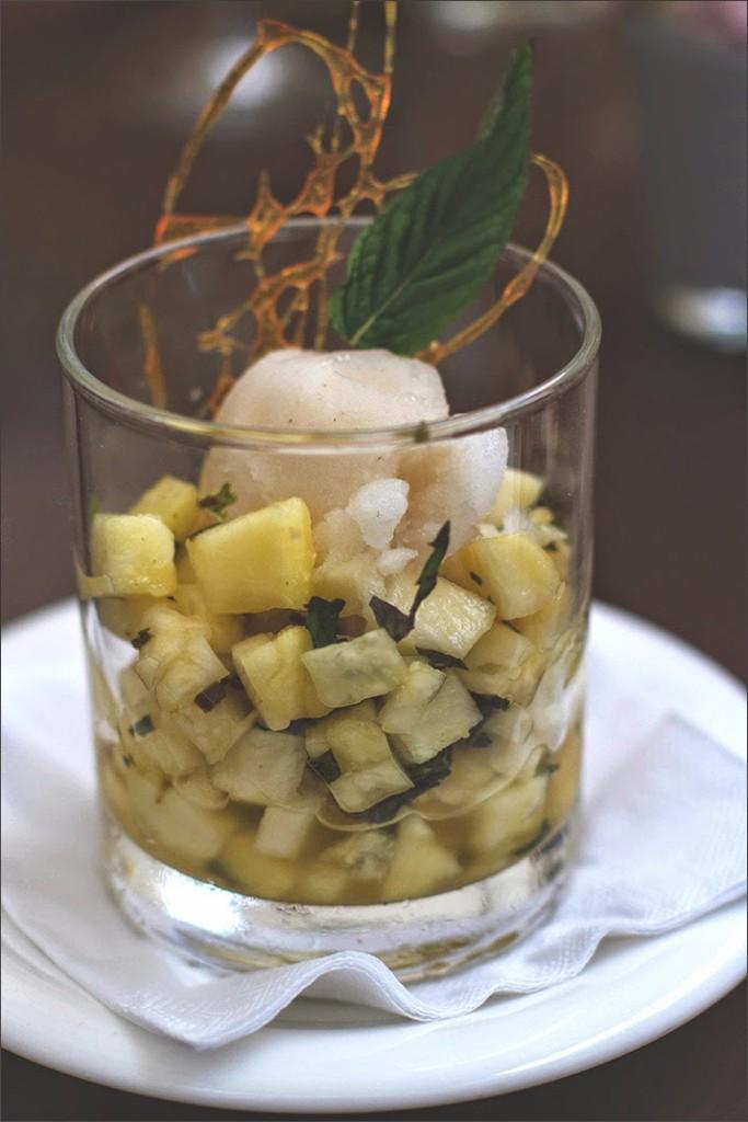 Dessert: frische Ananas mit Minzzucker und Grüntee-Sorbet (vegan)