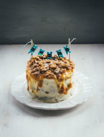 Rezept für Walnuss Törtchen mit Walnuss-Biskuit, Cream Cheese Frosting und Walnuss-Karamell | eine Ode an die kalifornische Küche | moeyskitchen.com #torte #törtchen #backen #kuchenbacken #walnuss #creamcheese #frosting #karamell #rezepte #kalifornien #california #foodblogger